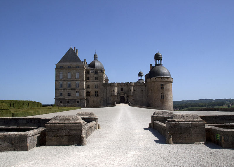 800px-Chateau_de_Hautefort_Main_Entrance_02