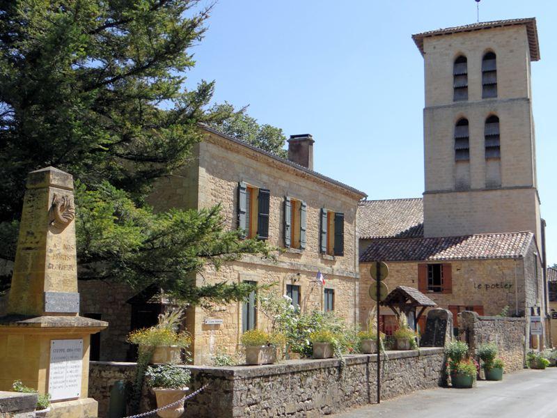 Molières_(Dordogne)_-_Le_monument_aux_morts,_la_mairie_et_la_tour_nor_de_l'église
