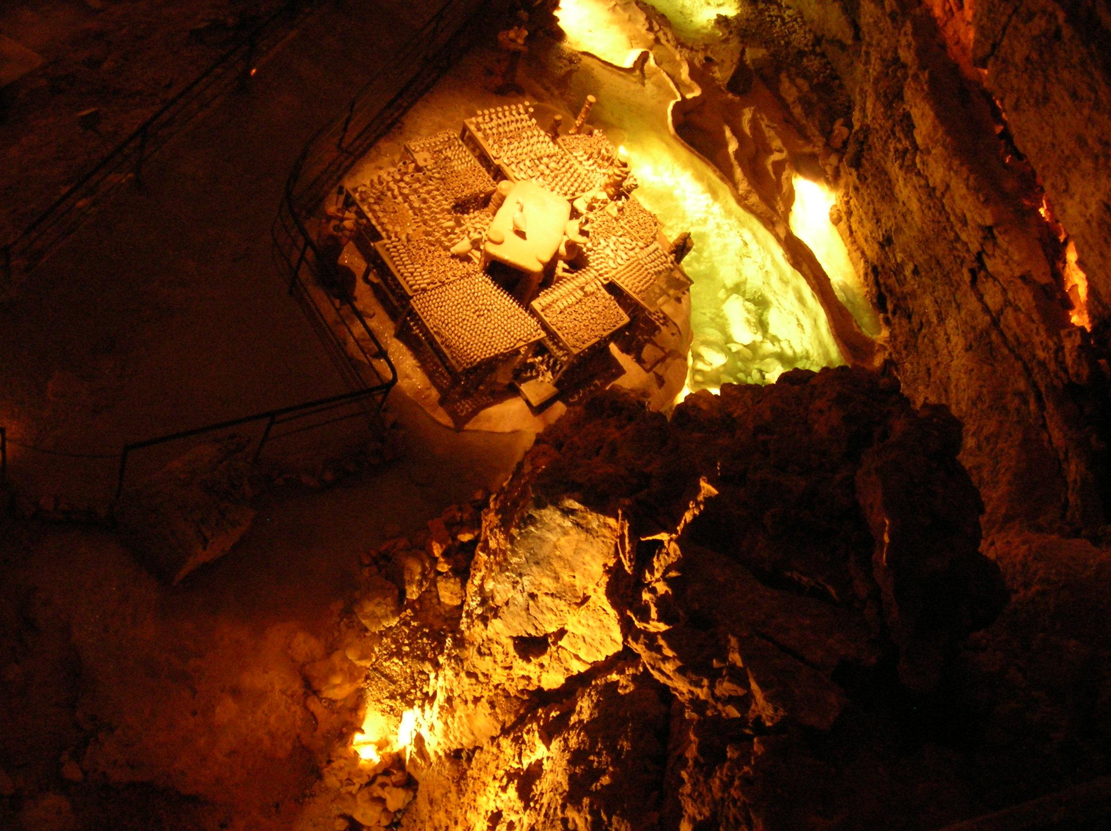 2galement appelé la « cathédrale de cristal », le gouffre de Proumeyssac possède une table de poteries très particulière