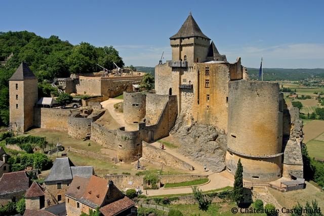 La forteresse médiévale surplombant la commune de Castelnaud la Chapelle. Crédit photo Le château de Castelnaud