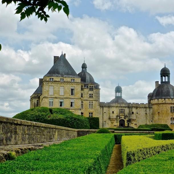 Jardin et château médieval en Dordogne